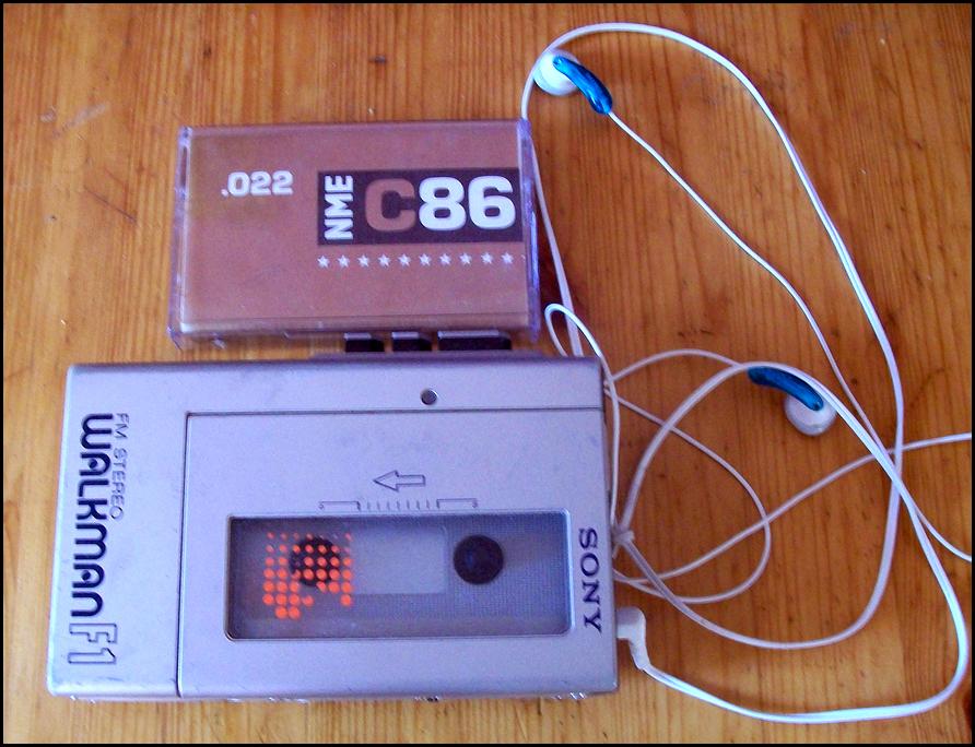 C86合辑卡带(1986年,NME)和索尼Walkman F1随身听。